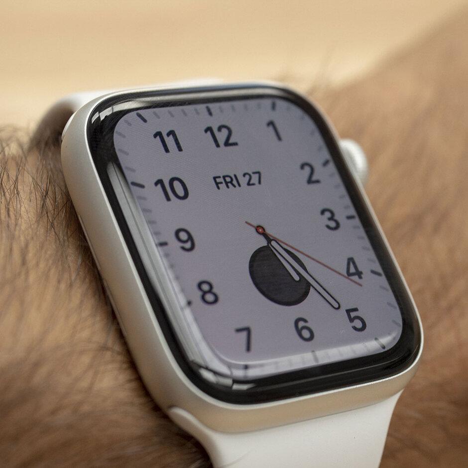 تكون الشاشة في وضع التشغيل عندما تبحث بنشاط - Apple Watch Series 5 Review