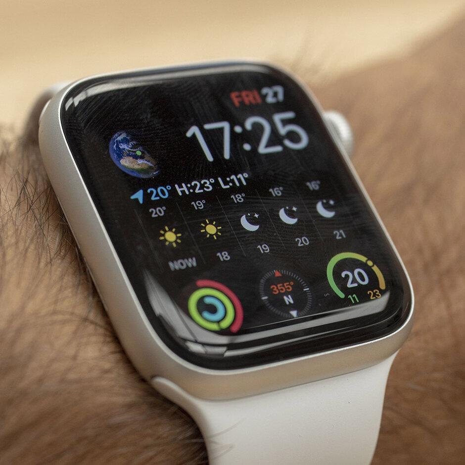 تكون الشاشة قيد التشغيل عندما تبحث بنشاط - Apple Watch Series 5 Review