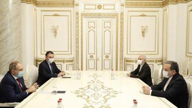 صورة عراقچي يقدم الى رئيس الوزراء الارميني مبادرة ايران لتسوية النزاع في قره باغ