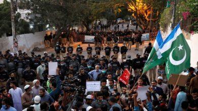 صورة تظاهرات ضخمة أمام السفارة الفرنسية بباكستان نصرة للنبي الاعظم (ص)