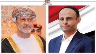 صورة رئيس المجلس السياسي الأعلى في اليمن يهنئ سلطان عمان بالعيد الوطني