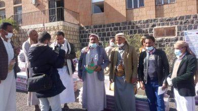 صورة توزيع مساعدات للنازحين والمتضررين بمديرية بني حشيش
